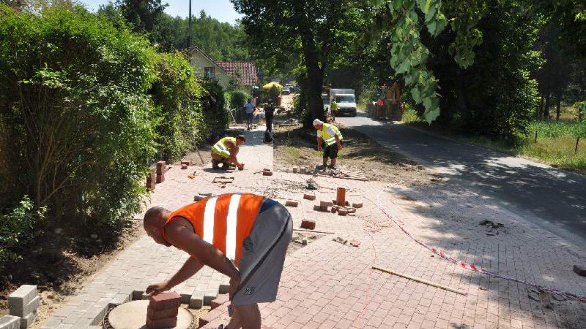 Pospacerujemy chodnikiem i ścieżką turystyczną w Niesulicach