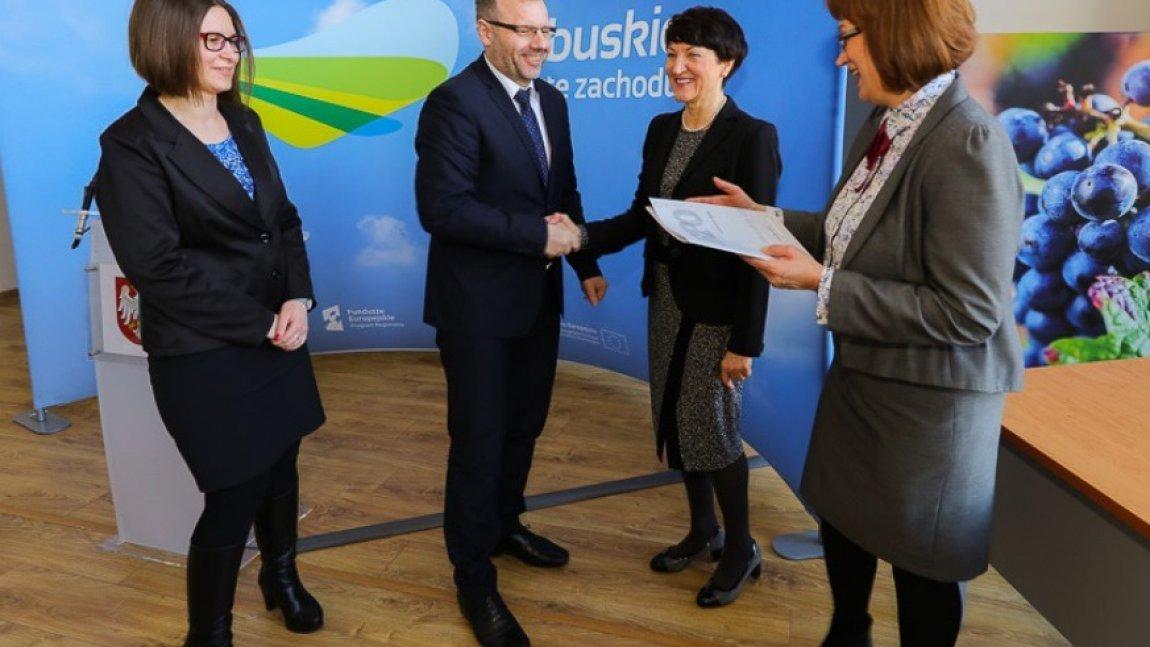Umowa na dofinansowanie budowy systemu wodno-ściekowego w  Gminie Skąpe podpisana